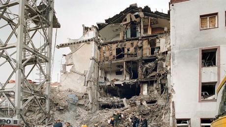 Rettungskräfte durchsuchen die Überreste des Hauptgebäudes des öffentlich-rechtlichen Rundfunks RTS im Zentrum Belgrads am 25. April. Die NATO hatte am Vortag das wichtigste serbische Fernsehgebäude bei einem Angriff bombardiert und dabei zehn Mitarbeiter getötet.