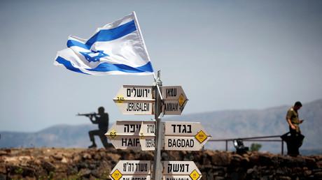 Auf Mount Bental, einem Beobachtungsposten in den von Israel besetzten Golanhöhen, stehen Schildern, die auf Entfernungen zu verschiedenen Städten hinweisen.