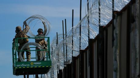 Mexikaner nehmen Stacheldraht von der Grenzmauer ab, um eigene Häuser zu schützen