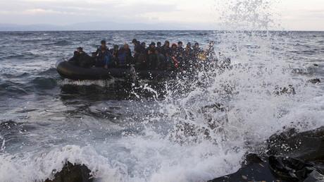 Symbolbild: Ein überfülltes Flüchtlings-Boot näher sich der Küste Griechenlands.