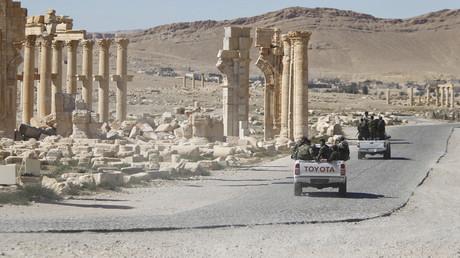Soldaten der syrischen Armee fahren am Triumphbogen in der historischen Stadt Palmyra, im Homs Governorate, Syrien, am 1. April 2016 vorbei.
