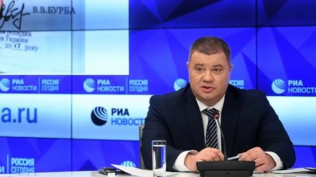 Der ehemalige SBU-Offizier Wassili Prosorow tritt im Pressezentrum von