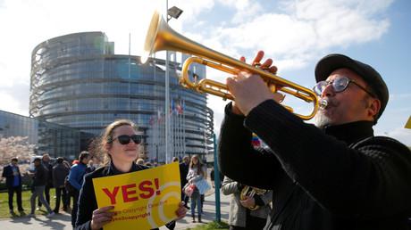 Demonstranten vor dem EU-Parlament am Tag der Abstimmung
