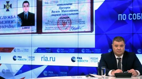 Der ehemalige ukrainische Geheimdienstoffizier Wassili Prosorow zeigt bei der Pressekonferenz in Moskau am 25. März 2019 seinen SBU-Dienstausweis.