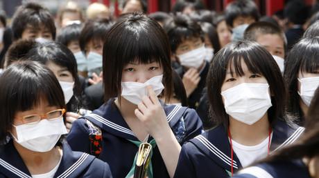 Symbolbild: Japanische Schülerinnen beim Besuch des Sensoji-Tempels in Tokio, Japan, 22. Mai 2009.