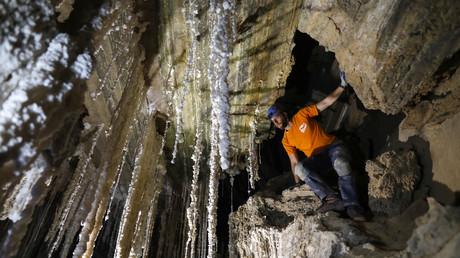 Efraim Cohen vom Israel Cave Explorers Club und der Malham Cave Mapping Expedition zeigt Journalisten am 27. März 2019 Salzstalaktiten in der Malham Höhle im Inneren von Mount Sodom, die sich am südlichen Teil des Toten Meeres in Israel befindet.