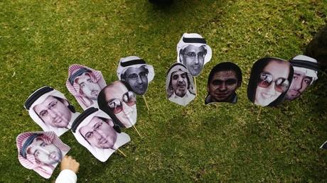 Symolbild: Ein Mitglied von Amnesty International platziert Bilder von politischen Gefangenen in Saudi-Arabien vor der saudischen Botschaft von Mexiko-Stadt, 20. Februar 2015.