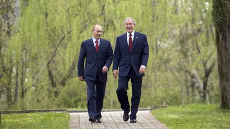 Spaziergang oder Personalgespräch? George W. Bush und Wladimir Putin im April 2008 in Sotschi