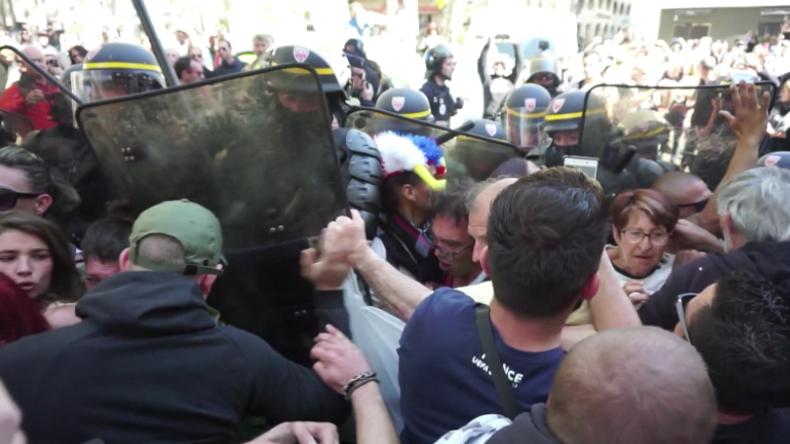 """Eskalation in Frankreich: """"Verbotener"""" Gelbwesten-Protest trifft auf Polizeitrupp"""