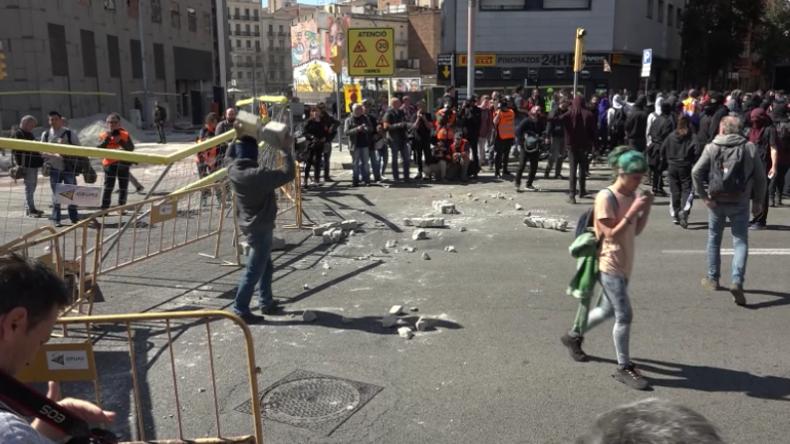 Spanien: Chaos bricht aus, als Antifa gegen Nationalisten-Kundgebung aufmarschiert