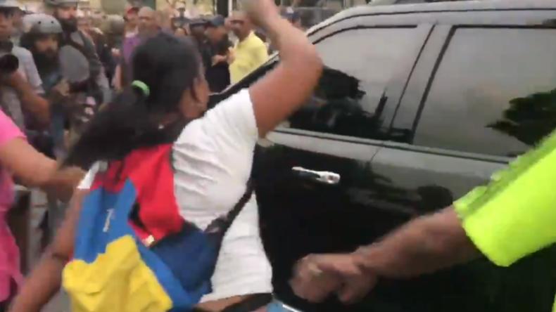 """""""Verräter"""" - Wütende Venezolaner verjagen selbsternannten Präsidenten Guaidó aus Arbeiterviertel"""