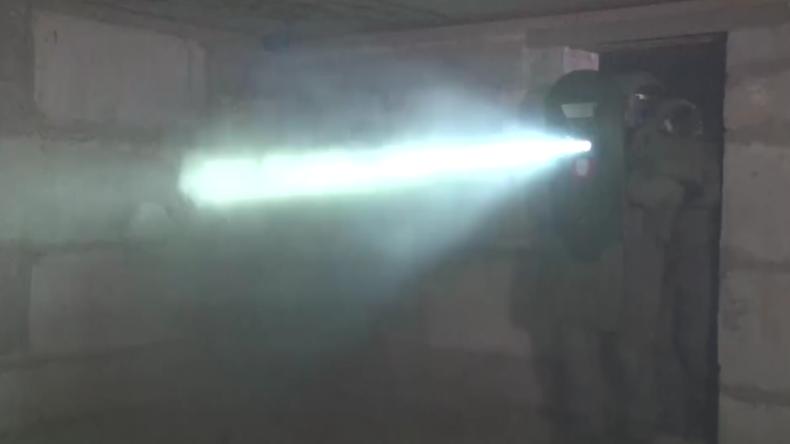 """""""Verursacht Halluzinationen"""": Russische Spezialeinheiten trainieren mit neuem Blitz-Schild"""