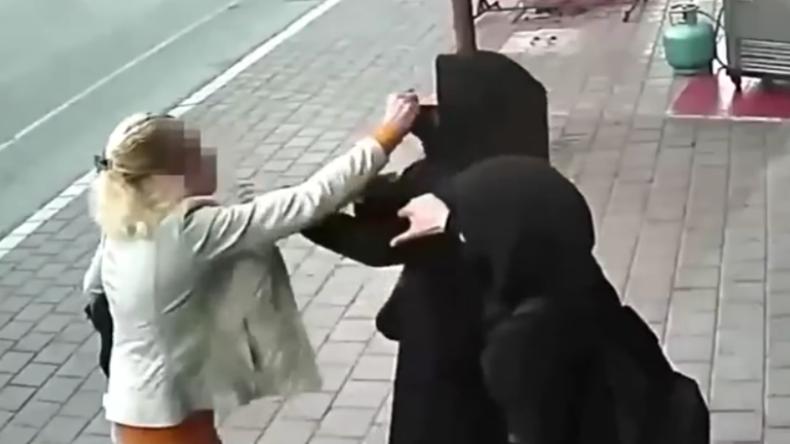 """Türkei: """"Ihr könnt hier nicht leben!"""" - Blonde Frau greift in Adana verschleierte Mädchen an"""