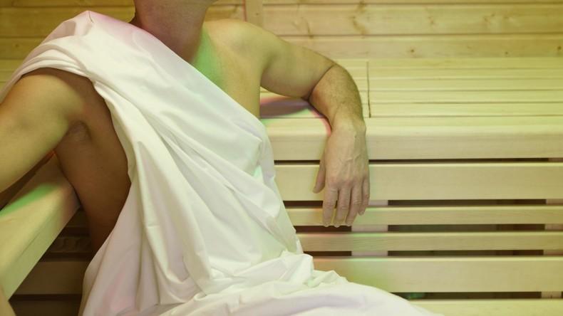 Nackt und ohne Kanone: Schwedischer Polizist nimmt Straftäter in Sauna fest