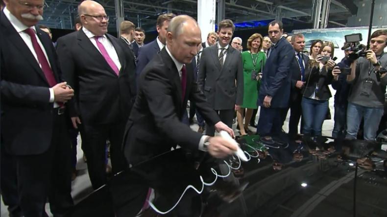 """Daimler-Chef bittet Putin um Autogramm auf Mercedes: """"Dann hat er nämlich mindestens doppelten Wert"""""""