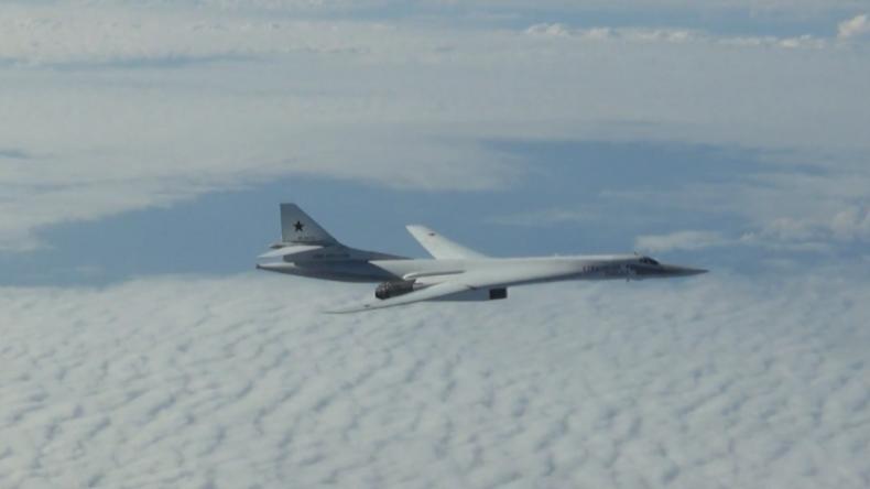 Russische Tu-160-Bomber in 13 Stunden langem Flug über der Barents-, Norwegischer und Nordsee