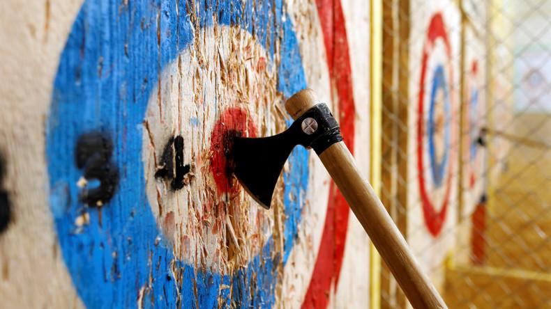 Die Axt schlägt zurück: US-Amerikanerin entkommt beim Axtwerfen knapp dem Tod