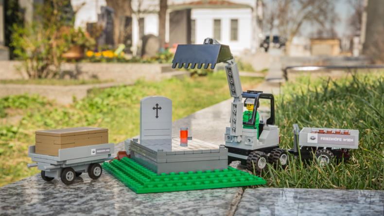 Das Spiel mit dem Tod: Wiener Museum zeigt Grabsteine und Krematoriumsofen aus LEGO