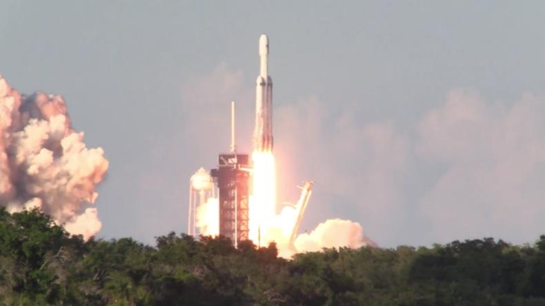 USA: Elon Musks SpaceX startet erste Dreifachrakete in die Umlaufbahn