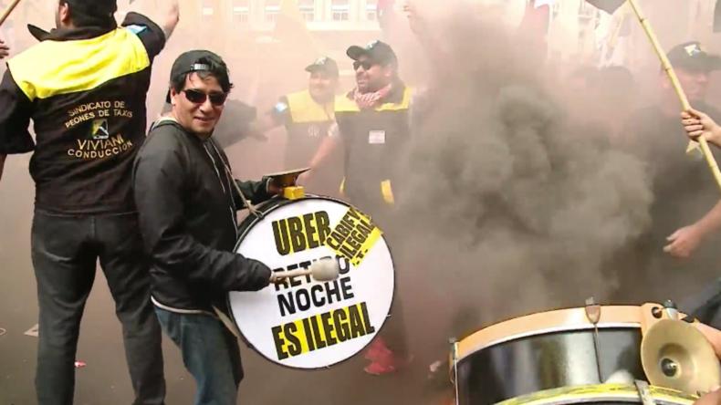 Argentinische Taxifahrer bringen aus Protest gegen Uber Verkehr in der Hauptstadt zum Stillstand