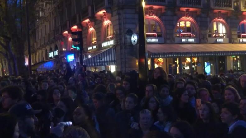 Großbrand in Notre-Dame: Pariser versammeln sich zum gemeinsamen Gebet für historisches Gebäude