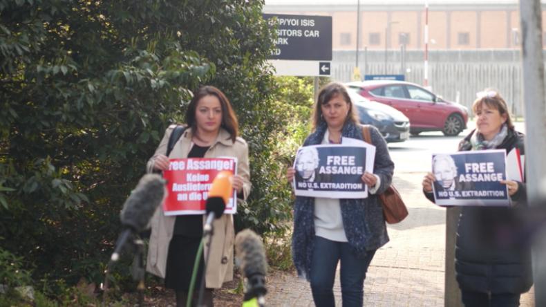 London: Deutsche und europäische Abgeordnete protestieren vor Gefängnis gegen Assange-Verhaftung