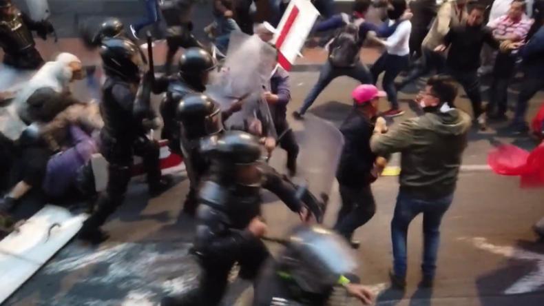 """""""Verräter!"""" - Ecuadorianische Polizei knüppelt wütende Assange-Unterstützer nieder"""