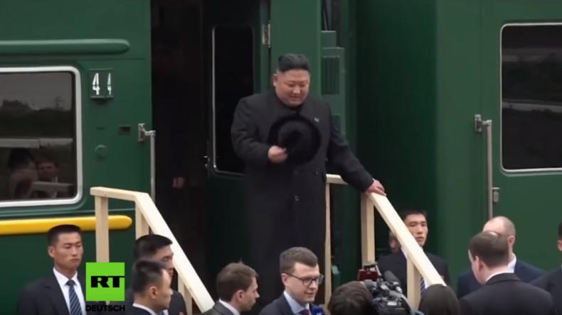 Premiere: Nordkoreanischer Staatschef Kim Jong-un betritt zum ersten Mal russischen Boden