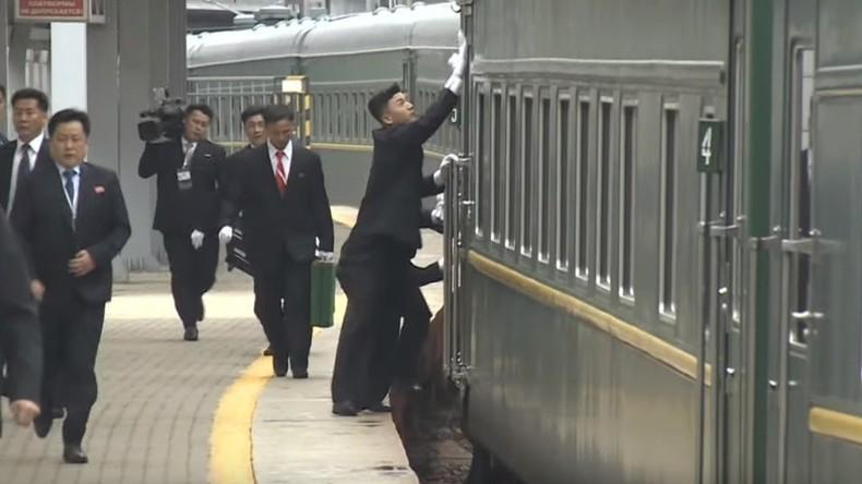 Nordkoreanische Leibwächter polieren Kim Jong-uns Zugabteil bei Einfahrt nach Wladiwostok