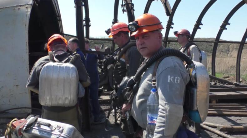 Russische Rettungsspezialisten nach tödlicher Minenexplosion in Lugansk im Einsatz