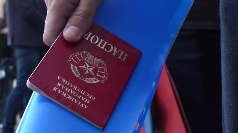 Lange Warteschlangen: Einwohner von Lugansk beantragen russische Pässe