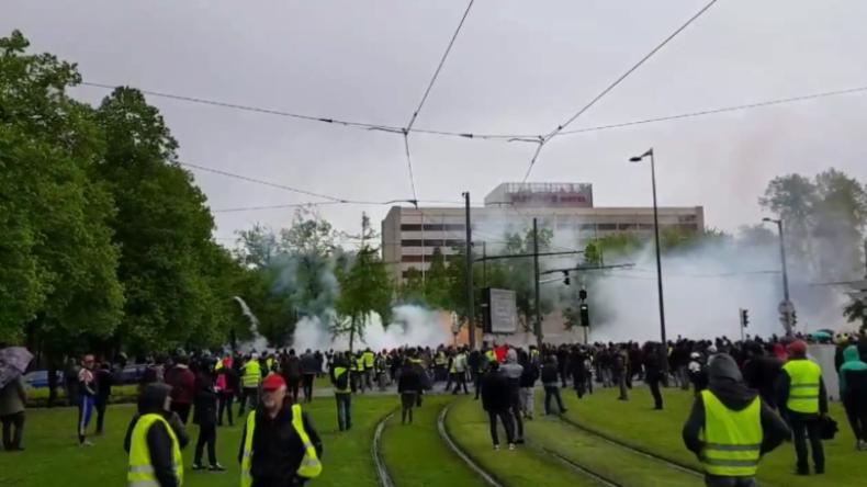 Straßburg: Polizei setzt Tränengas gegen Gelbwesten ein, als diese zum EU-Parlament wollen