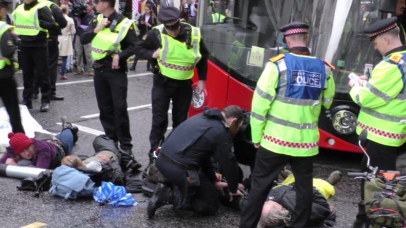 London: Klima-Rebellen kleben sich vor Goldman-Sachs-Zentrale aneinander fest