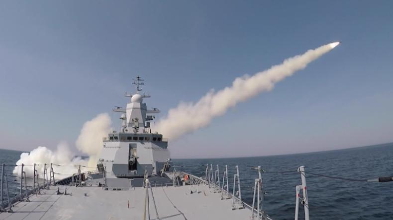Russische Korvette Stojki eliminiert Ziel auf Ostsee
