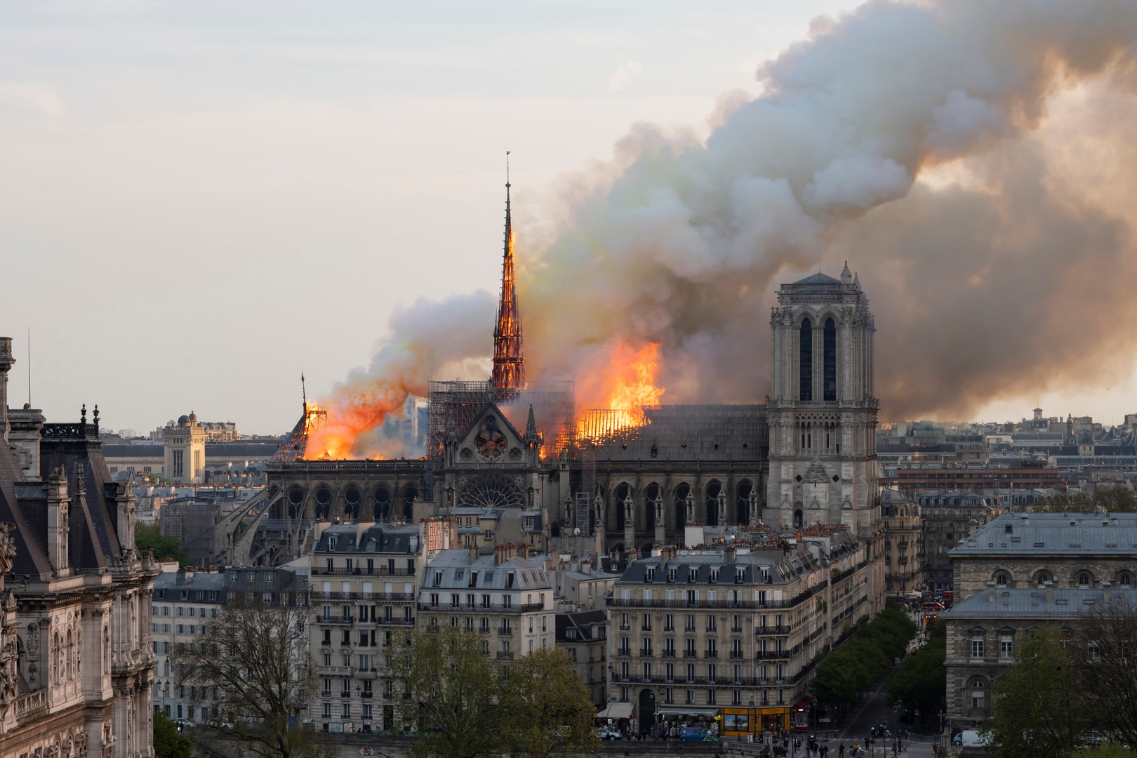Pariser Wahrzeichen in Flammen: Feuer verwüstet Kathedrale Notre-Dame