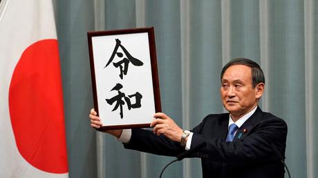 Japans Chefkabinettssekretär Yoshihide Suga enthüllt den Namen der neuen Ära