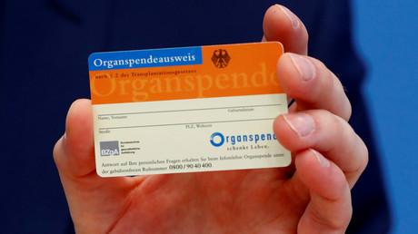 Gesundheitsminister Jens Spahn zeigt einen Organspendeausweis bei einer Pressekonferenz in Berlin, Deutschland, 1. April 2019.
