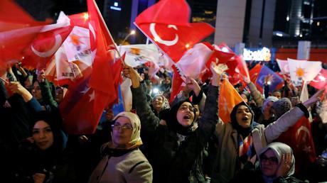 Unterstützer der regierenden Partei für Gerechtigkeit und Entwicklung (AKP) in der Nacht zu Montag auf den Straßen in Ankara