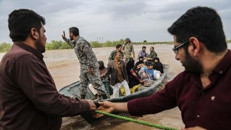 Iranische Soldaten helfen Zivilisten in einem überschwemmten Gebiet in einem Dorf in der Nähe der Stadt Ahvaz, in der iranischen Provinz Chuzestan.