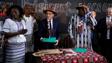 (Archivbild) Der französische Präsident Emmanuel Macron und Burkina Fasos Präsident Roch Marc Christian Kabore, während sie am 28. November 2017 die Lagm-Taaba-Schule in Ouagadougou, Burkina Faso besuchen.