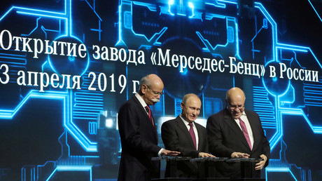 Der russische Präsident Putin, der Vorstandsvorsitzende der Daimler-AG Zetsche und der deutsche Wirtschaftsminister Altmaier bei der Eröffnungsfeier für ein Mercedes-Benz-Werk vor den Toren Moskaus, 3. April 2019.