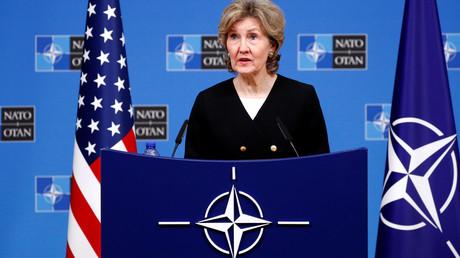 Die Ständige Vertreterin der USA bei der NATO, Botschafter Kay Bailey Hutchison, jongliert mit Zuckerbrot und Peitsche...