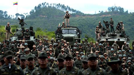 In Washington nicht gerne gesehen: Die militärische Kooperation zwischen Moskau und Caracas. (Foto zeigt Mitglieder der venezolanischen Armee mit Schützenpanzern und Lastwagen aus russischer Produktion - Caracas, 14. August 2017)