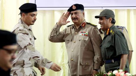 Der libysche Kommandant Chalifa Haftar (Mitte) auf einer Konferenz zur allgemeinen Sicherheit in Bengasi
