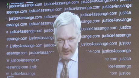 Julian Assange, Mitbegründer von WikiLeaks (auf dem Bildschirm), nimmt über einen Videolink der ecuadorianischen Botschaft in London an einer Pressekonferenz teil.