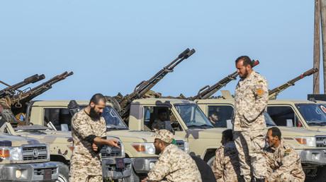 Streitkräfte Einheitsregierung Libyens (GNA) treffen am 6. April 2019 in Tajura, einem Küstenvorort nahe Tripolis, ein.