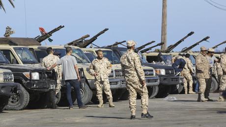 Loyale Streitkräfte der von den Vereinten Nationen unterstützten Einheitsregierung Libyens treffen am 6. April 2019 von ihrem Standort in Misrata aus in Tadschura, einem Küstenvorort der libyschen Hauptstadt Tripolis, ein.
