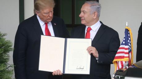 Sind sich einig: Israels Ministerpräsident Netanjahu hält die US-Proklamation in die Kameras, die Israels Souveränität über die besetzten Golanhöhen anerkennt.