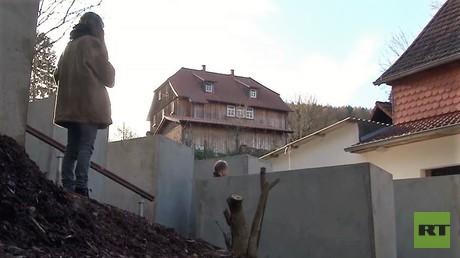 Nachbau des Holocaust-Mahnmals vor Björn Höckes Haus