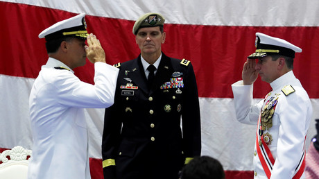 Centcom-Admirale: Vizeadmiral der US-Marine Kevin M. Donegan begrüßt Vizeadmiral John C. Aquilino. In der Mitte: General Joseph L. Votel, Kommandant des Zentralkommandos der Vereinigten Staaten (Centcom)